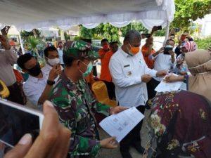 Dandim 1614/Dompu Dampingi Bupati Dompu Menyerahkan Bantuan Sosial Tunai (BST)
