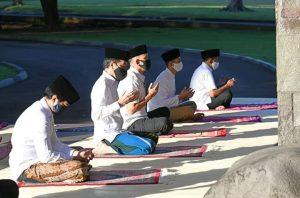 Presiden Jokowi Salat Idul Fitri di Halaman Wisma Bayurini