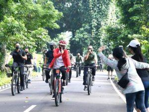 Presiden Jokowi Bersepeda dan Bagikan Masker di Kebun Raya Bogor