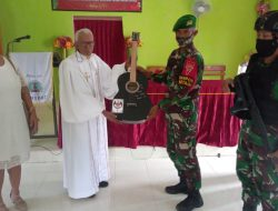 Satgas Pamtas Sektor Timur Serahkan puluhan Gitar Untuk Gereja dan Kapela