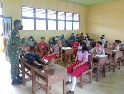 Anggota Satgas Yonif 144/Jy Mensosialisasikan Penyakit Menular Dan Pertolongan Pertama Lapangan Di SMP 04.