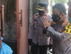 Kapolresta Mataram bagi Daging Qurban Terhadap Masyrakat Dan warga isoma