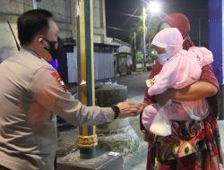 Polda NTB Gelar Patroli Skala Besar Berikan Sembako Bagi PKL dan Pemulung.