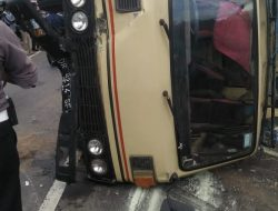 Kecelakaan Antara Truk Mitsubisi Dengan Sepeda Motor Lantaran Pecah Ban